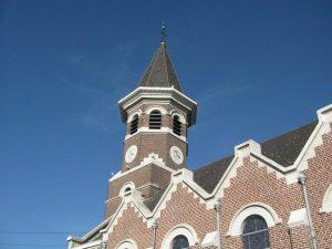L'église du village et un beau ciel bleu